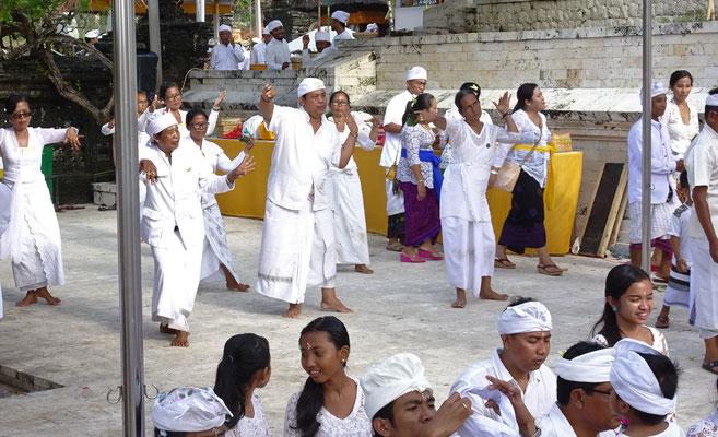 Tempeltänze werden aufgeführt.