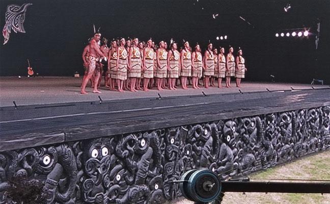 Eine Gruppe auf der Bühne.