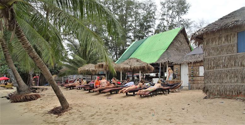 Chillen am Strand vor der Hütte.