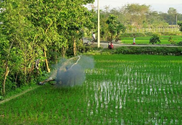 Wasserpumpe mit Rauch und Mensch darunter