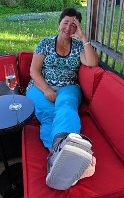 Margrit mit gebrochenem Bein.