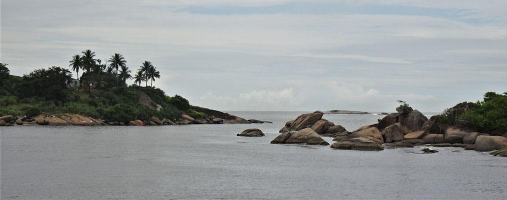 Der Blick auf die kleine Insel davor.
