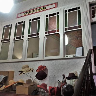Aus diesem Büro kann man den ganzen Laden sehen.