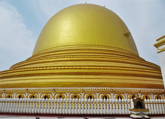 Ein riesieger goldener Stupa.