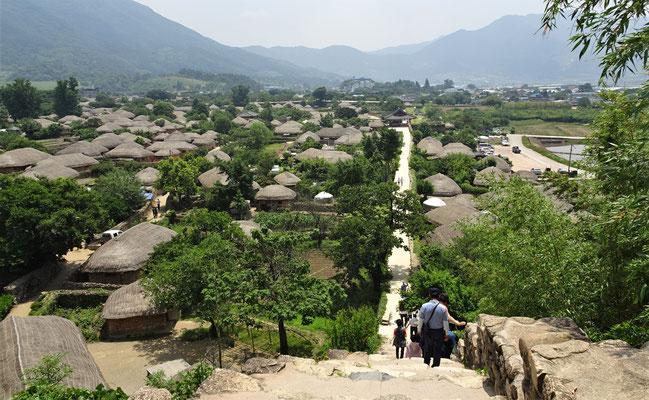 .....und der Blick von der Mauer aufs Dorf.