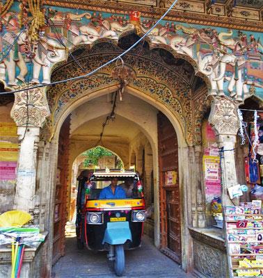 Die Rikscha verlässt den Tempel.