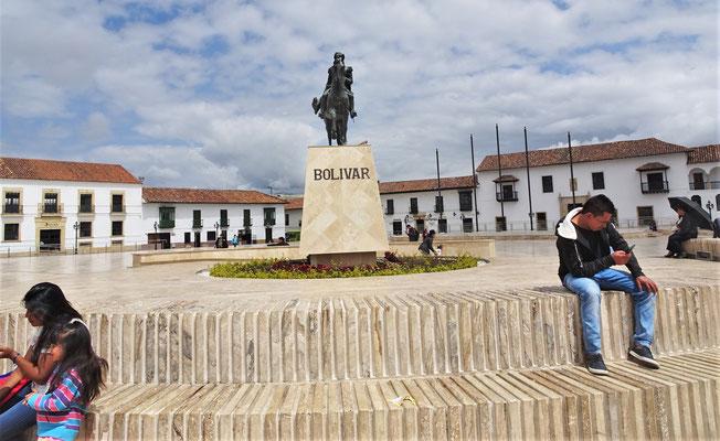 ......der Statue von Bolivar.