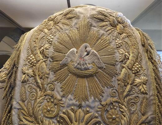 Der Pelikan auf der Robe des Bischof.