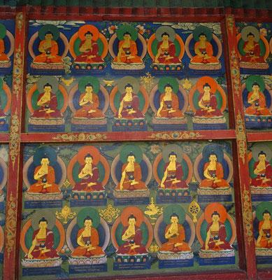 1'000 Buddhas in verschiedenen Stellungen