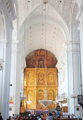 ....mit dem Altar und...