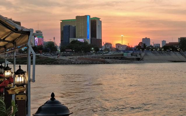 .....mit der Skyline von Phnom Penh.