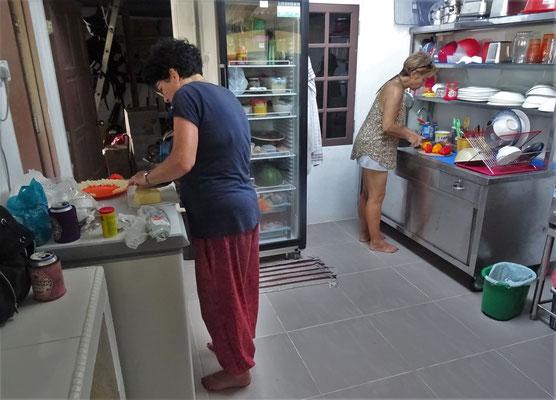 Colette und Gabi bei der Vorbereitung für....
