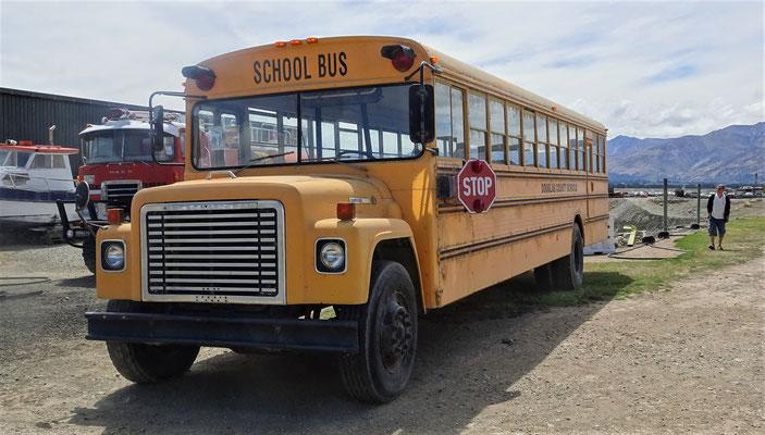 Sogar ein Schulbus steht noch im Freien.