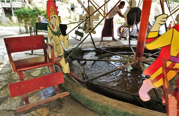 Ein Karusel das mit Wasserkraft betrieben wird.