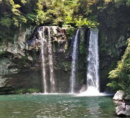 Der 22m hohe Cheonjiyeon Wasserfall......