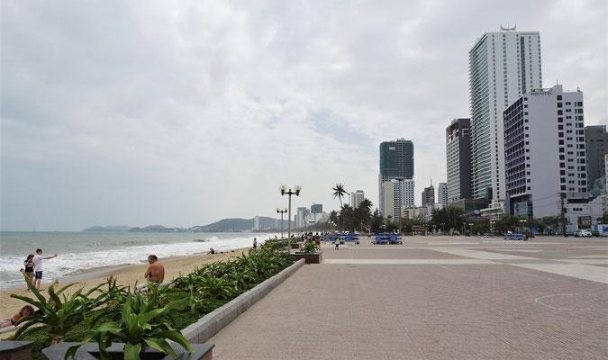 Auf der Uferpromenade.