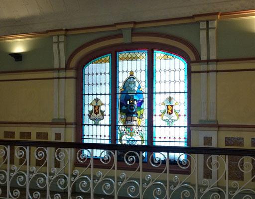 Schöne Glasmalerei im Obergeschoss.