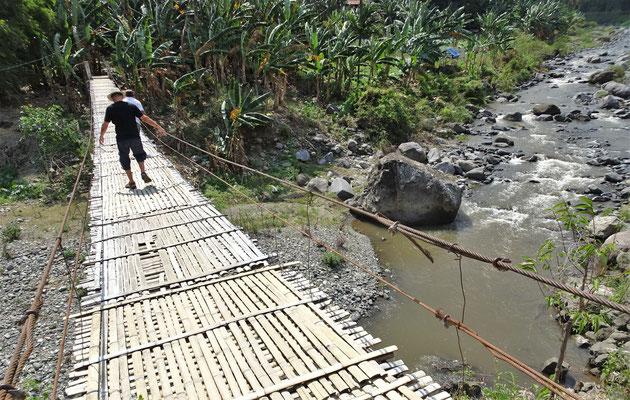 Eine sehr wacklige Hängebrücke aus Bambus....