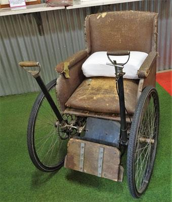 Spezieller Rollstuhl.