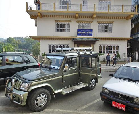 Unser Hotel Menjong (das Letzte) in Samdrup und unser Fahrzeug.