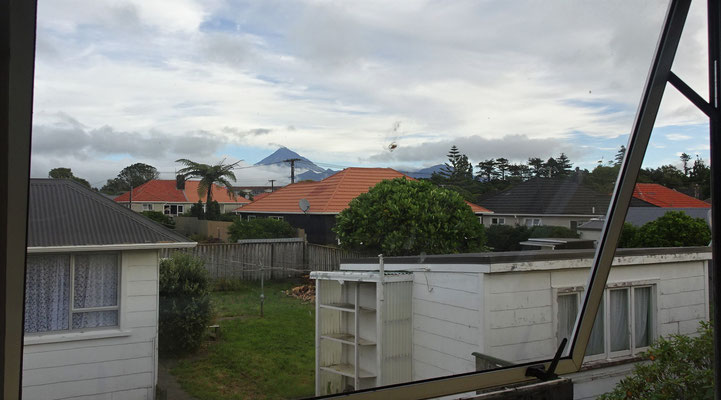 ....der Blick aus dem Küchenfenster mit dem Mt. Taranaki.