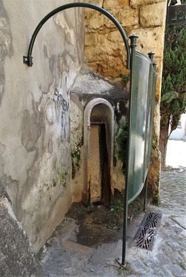 .....Urinal steht vor.....