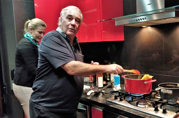 ......und Albert beim Spaghetti kochen.