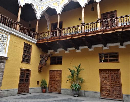 Der Patio eines privaten Gebäudes.