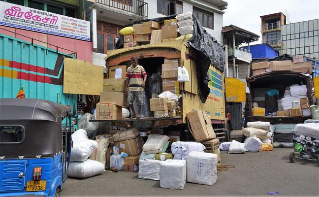 Warenumschlagplatz mitten in Kandy.