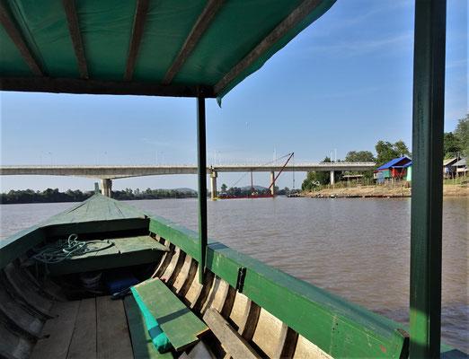 Die 4 jährige Brücke zur Insel Don Khong.