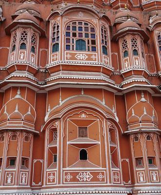 ...mit den Fenster für die Frauen des Maharadscha.