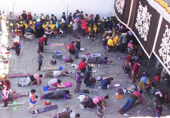 Pilger vor dem Kloster Jokhang Kloster aus dem 8. Jh