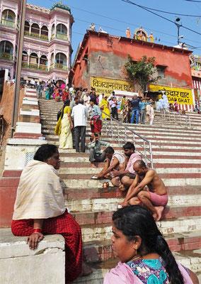 Pilger bei der Vorbereitung des rituellen Bades