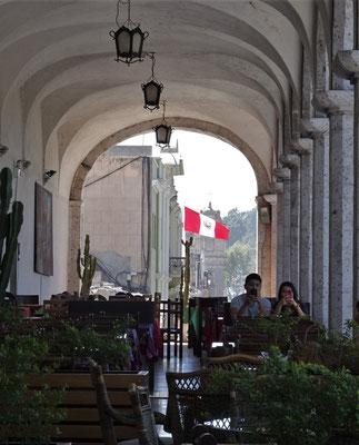 Die grossen Balkone mit den Restaurants......
