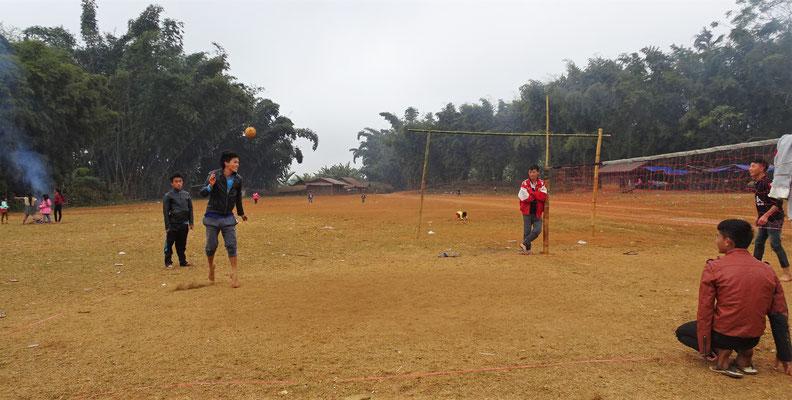 Hier wird Sepak Takraw gespielt.