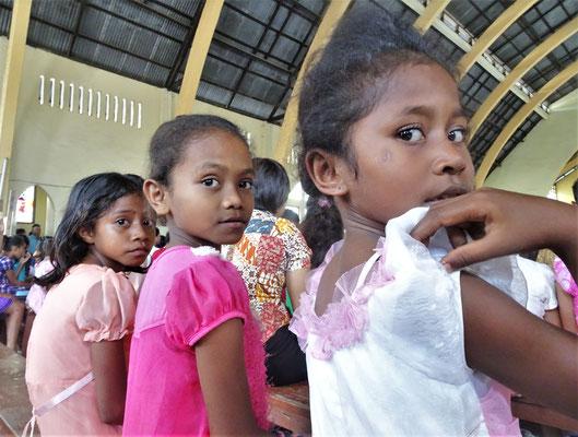 Kinder in der Kirche.