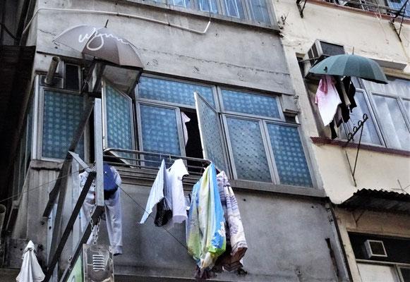 Wäsche wird vom Regen geschützt.