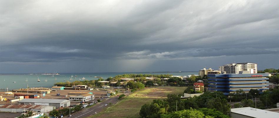 Die Regenzeit meldet sich mit einem Gewitter an.