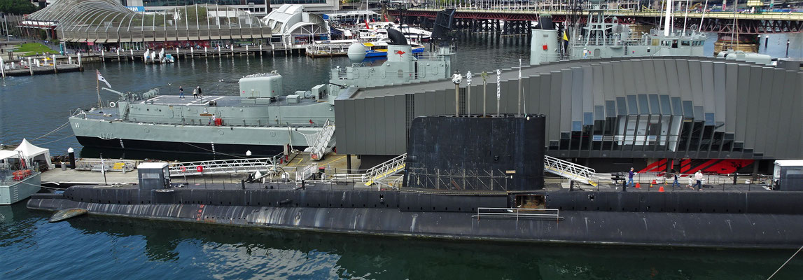Ein Zerstörer und ein U-Boot.