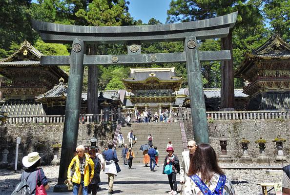 Der Eingang zum Toshogu Shrine.......