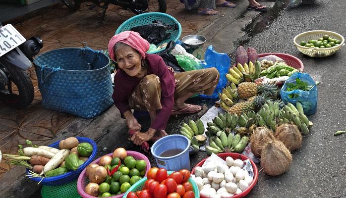 Sie verkauft was ihr Garten hergibt.