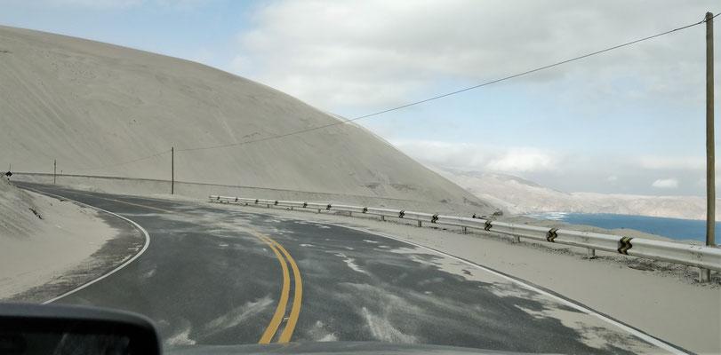 Immer wieder Sand auf der Strasse.