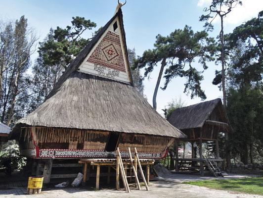 Ein Batakhaus neben der Kirche