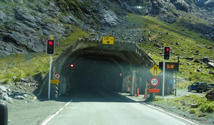 .....bis zu diesem einspurigen, steilen Tunnel.