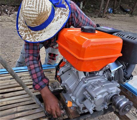 Der Motor mit Keilriemen wird angehängt.
