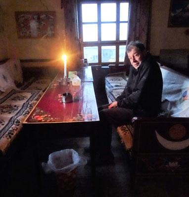 Frühstück bei Kerzenlicht, da kein Strom....