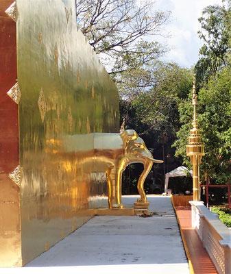 .....mit dem goldenen Stupa.......
