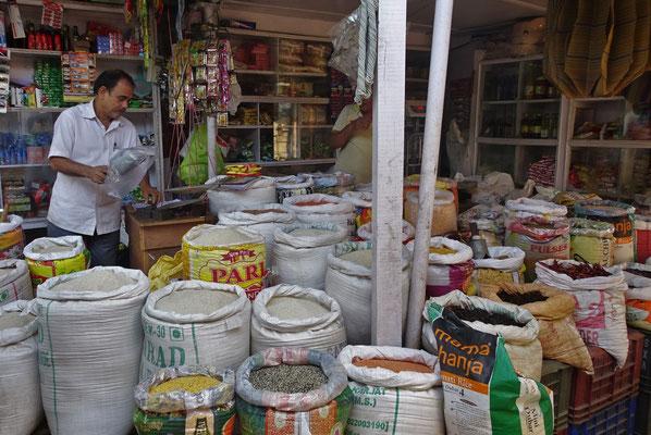 Der kleine Markt am Fluss, mit verschiedenem Reis....