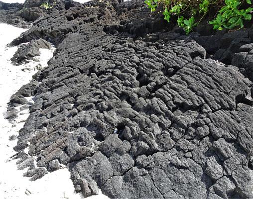Da sieht man noch den Lavafluss.