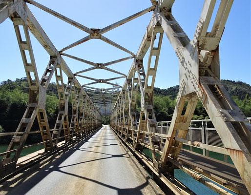 Eine einspurige Stahlbrücke.
